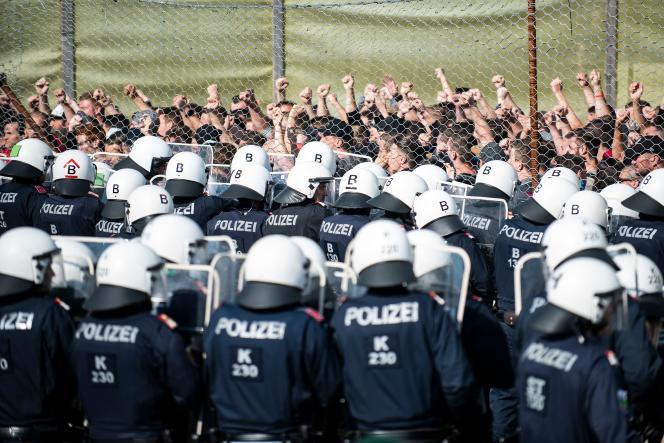 Une nouvelle unité de police de patrouille frontalière appelée Puma ainsi que des artistes «étrangers» participent à l'exercice «ProBorders» au poste frontière de Spielfeld en Autriche le 26 juin. Plusieurs centaines de policiers et de soldats autrichiens ont simulé une frontière, un exercice de contrôle au point de passage avec la Slovénie par lequel des milliers de migrants avaient transité en 2015, une initiative de Vienne qui défend un durcissement de la politique migratoire européenne.