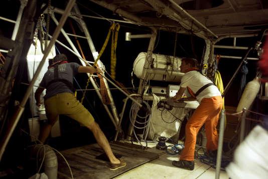 Jour 5 : Yohann Mucherie, capitaine du «Tara», et Nils Haëntjens remontent le système de captation HSN (High Speed Net) après une mise à l'eau nocturne.