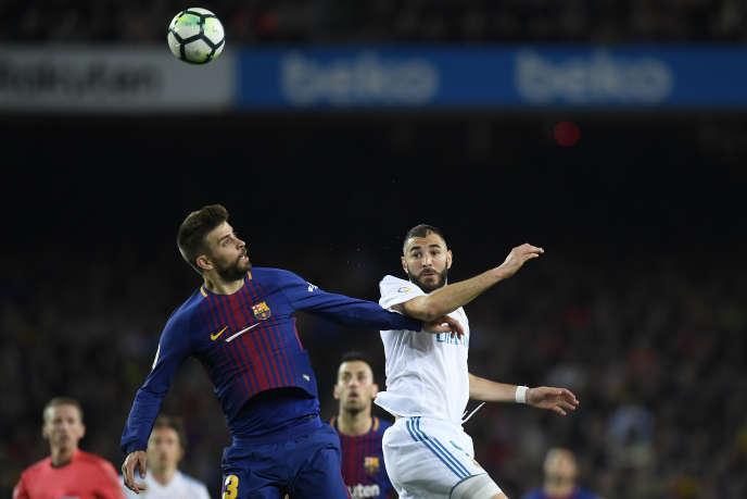 Gerard Pique et Karim Benzema, le 6 mai, lors du match de Liga espagnole entre le F.C. Barcelone et le Real Madrid.