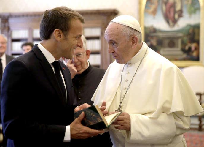 Le président Emmanuel Macron avec le pape François, le 26 juin 2018 au Vatican.