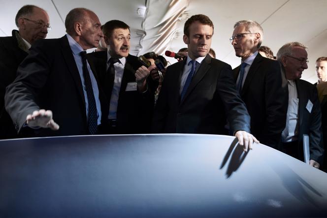 Emmanuel Macron, alors ministre de l'économie, et Gérard Collomb, alors maire de Lyon, visitent une usine, à Pierre-Bénite (Rhône), le 2 juin 2016.