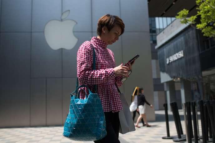 Devant le magasin Apple d'un centre commercial de Pékin, le 8 mai 2018.