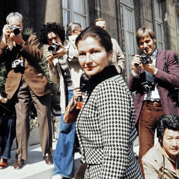 Le 10 juin 1974, Simone Veil, ministre de la santé, arrive à l'Elysée pour participer au Conseil des ministres.