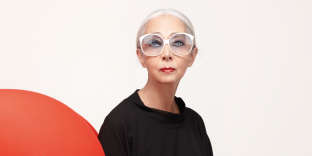 Rossana Orlandi sur le fauteuil La Mama de Gaetano Pesce (B&B Italia), en 2011.