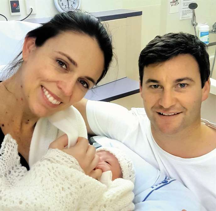 Jacinda Ardern et son compagnon Clarke Gayford présentent leur fille Neve Te Aroha, née le 21 juin à Auckland.