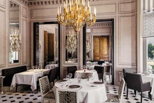 La décoration intérieure du restaurant Apicius, près des Champs-Elysées, a été repensée par l'architecte François-Joseph Graf.