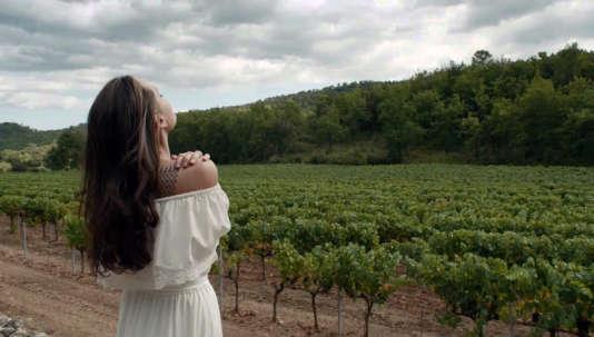 Angelina Jolie à Miraval dans une publicité pour le parfum Mon Guerlain réalisée par Terrence Malick en 2017.