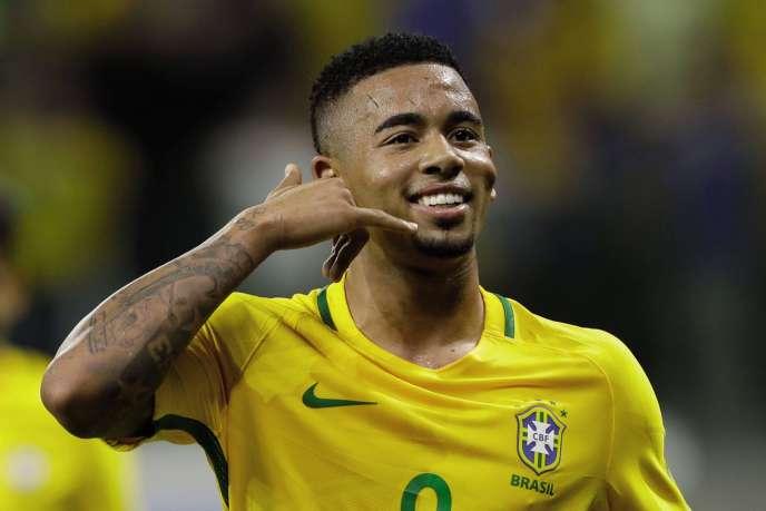 Lorsqu'il inscrit un but, l'attaquant brésilien Jesus Gabriel fait mine d'appeler sa mère, en souvenir des coups de téléphone qu'il lui passait quand il était en formation.