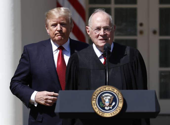 Le président américain, Donald Trump, et le juge de la Cour suprême, Anthony Kennedy, à la Maison Blanche, le 10 avril 2017.