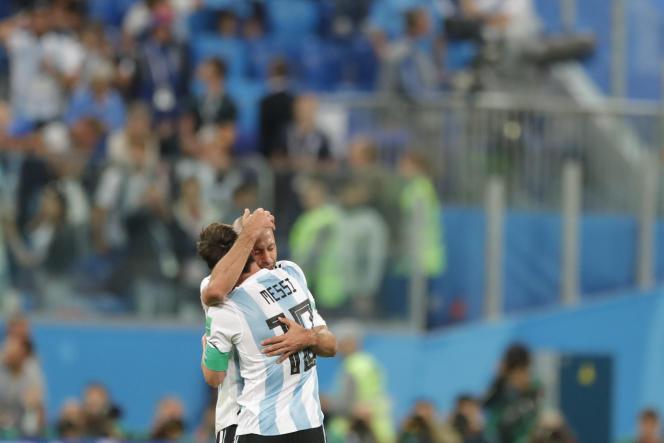 Javier Mascherano et Lionel Messi, après leur qualification (2-1) aux dépens du Nigeria, à Saint-Pétersbourg, le 26 juin.