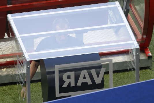 L'arbitreaméricain Mark Geiger consulte la VAR avant de valider le premier but de la Corée du Sud contre l'Allemagne (2-0), le 27 juin.