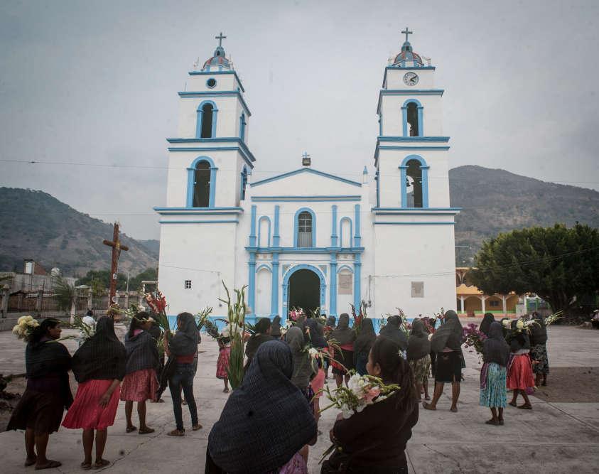 Devant l'église d'Atzacoaloya, un jour de messe. Au Mexique, qui compte 120 millions d'habitants, huit habitants sur dix se déclarent catholiques.