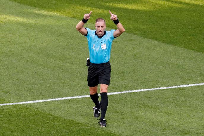L'arbitreNestor Pitana fait appel à la VAR dans le match Mexique-Suède (0-3), le 27 juin.