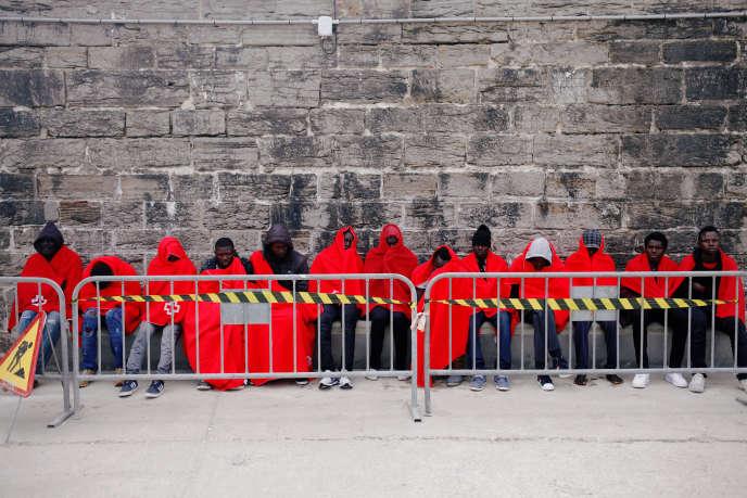 Un groupe de personnes migrantes après une opération de sauvetage en mer dans le port de Tarifa, au sud de l'Espagne, mercredi 27 juin.