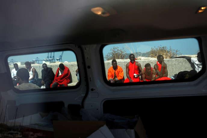 « Le président et le gouvernement se répandent en postures moralisatrices, vantant le comportement humanitaire de la France et stigmatisant les pays qui agissent plus brutalement» (Des migrants, secourus au large de Gibraltar, dans le port d'Algesiras en Espagne, le 26 juin).
