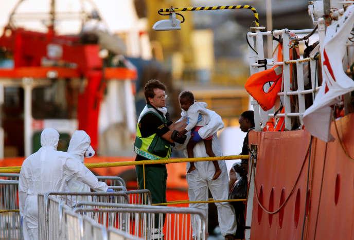 Le navire humanitaire« Lifeline», avec à son bord 233 migrants, a été autorisé à accoster, le 27 juin, au port de La Valette, à Malte, après six jours passés en Méditerranée.