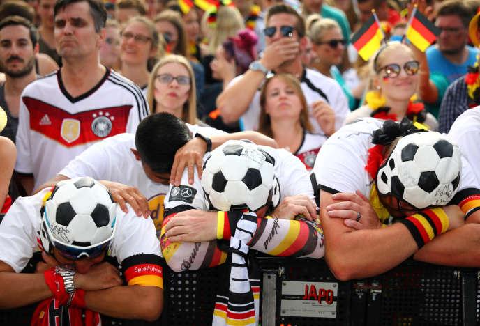 Des supporteurs allemands,àBerlin, le 27 juin, après la défaite de leur équipe face à la Corée du Sud.