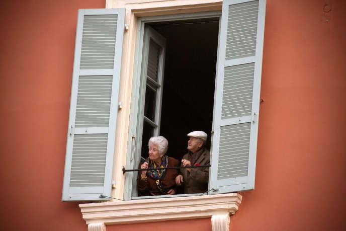Un couple de personnes âgées, le 24 novembre 2007 à Nice.
