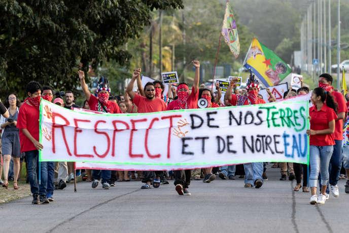 Manifestation des jeunesses autochtones de Guyane contre la Montagne d'or, à l'occasion du premier débat public sur ce projet minier le 3 avril 2018 à Saint-Laurent du Maroni en Guyane.