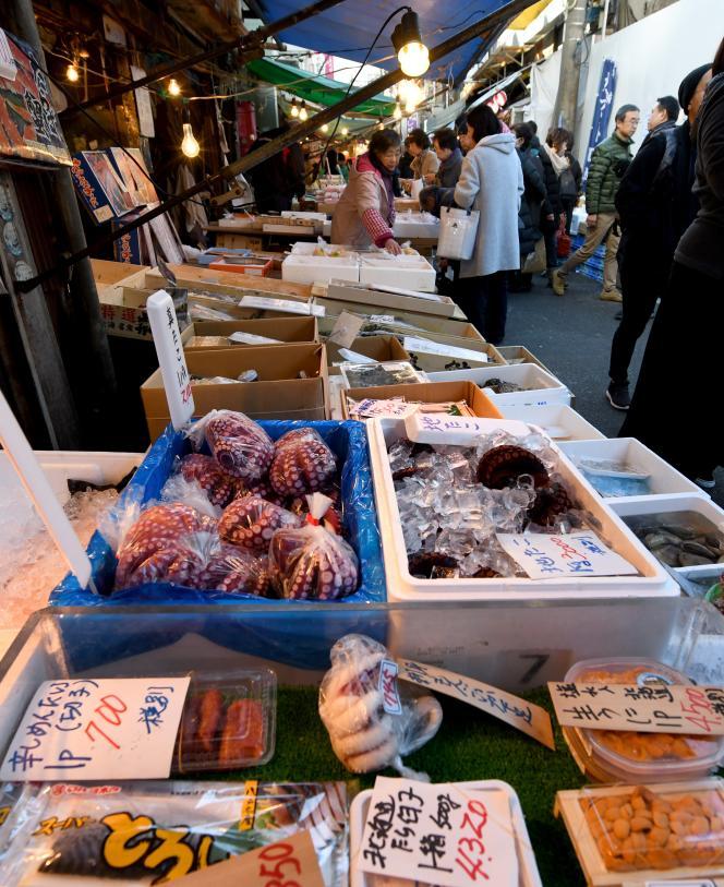 Les stands du marché extérieur (jogai-shijo) de Tsukiji, à Tokyo.