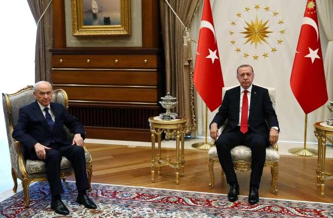 « Le mausolée d'Atatürkn'est désormais plus capable, depuis le 24 juin, de concurrencer la mosquée de Kocatepe d'Ankara» (Devlet Bahçeli, à gauche et le président Erdogan, le 27 juin, à Ankara).