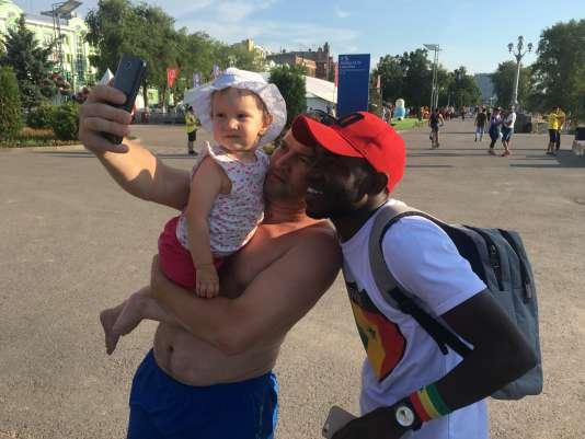 Alioune Badara Ndiaye se prête volontiers aux nombreuses demandes de photos.