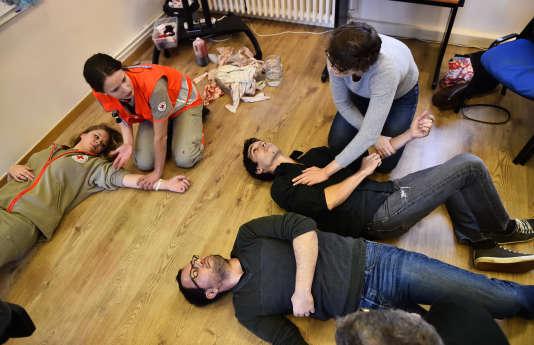 Sur les quinze premiers jours, les jeunes seraient formés notamment aux premiers secours.