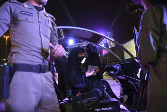 Une Saoudienne s'entraîne à la conduite dans un simulateur électronique, le 21 juin à Riyad.
