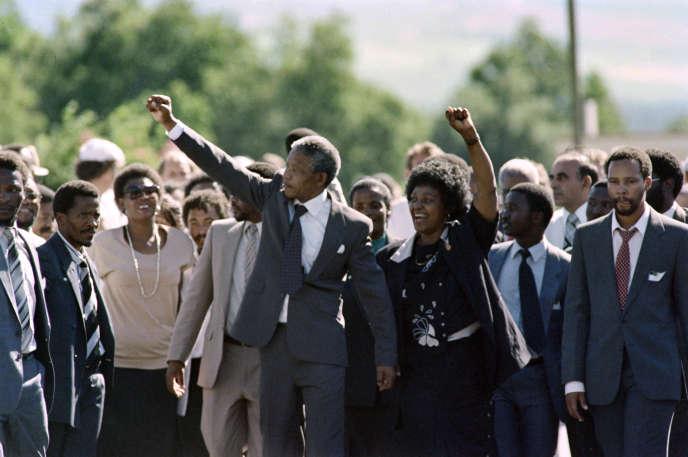 Nelson et Winnie Mandela après la libération du militant anti-apartheid, à Paarl (Afrique du Sud), le 11 février 1990.