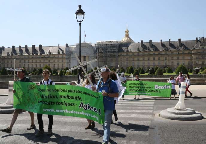 Une délégation du «groupe des cobayes» sur l'esplanade des Invalides à Paris, le 27juin 2018. La marche arrive samedi, après deux mois de marche depuis Fos-sur-Mer (Bouches-du-Rhône) pour alerter sur les risques sanitaires de la pollution.
