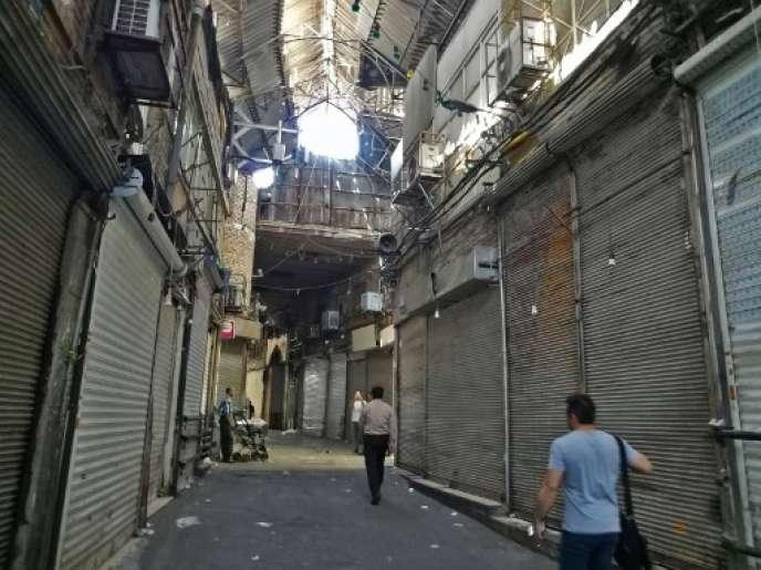 Mardi 26 juin, les rideaux d'une grande partie des boutiques du grand bazar de Téhéran sont restés baissés, comme la veille.