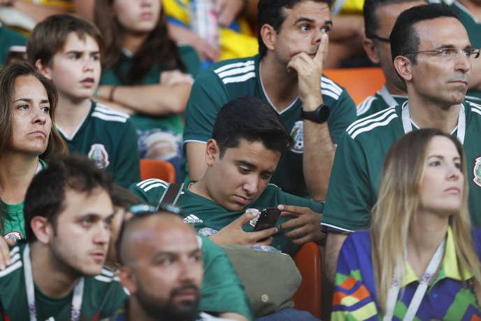 Un supporteur analyse les statistiques du match entre le Mexique et la Suède, le 27 juin, à Iekaterinbourg.