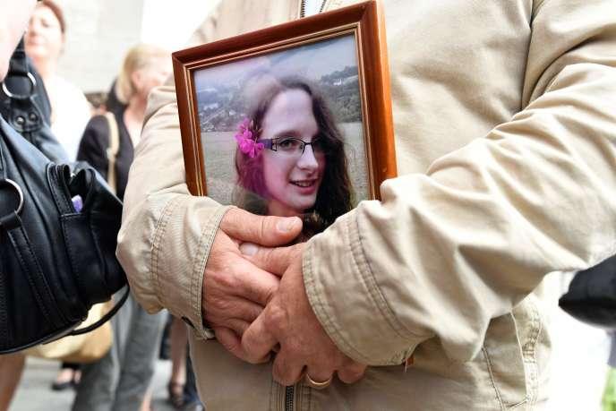 Une photo de Sophie Lionnet portée par un proche lors de ses obsèques, à Sens (Yonne), le 6 juin.