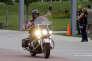 Le gouverneur du Wisconsin Scott Walker sur une Harley-Davidson près du musée de la moto de Milwaukee, en août 2013.
