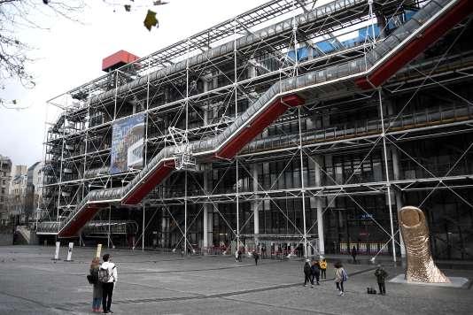 Vue d'ensemble du Centre Georges-Pompidou avec, au premier plan, son célèbre escalier mécanique, à Paris, en novembre 2017.