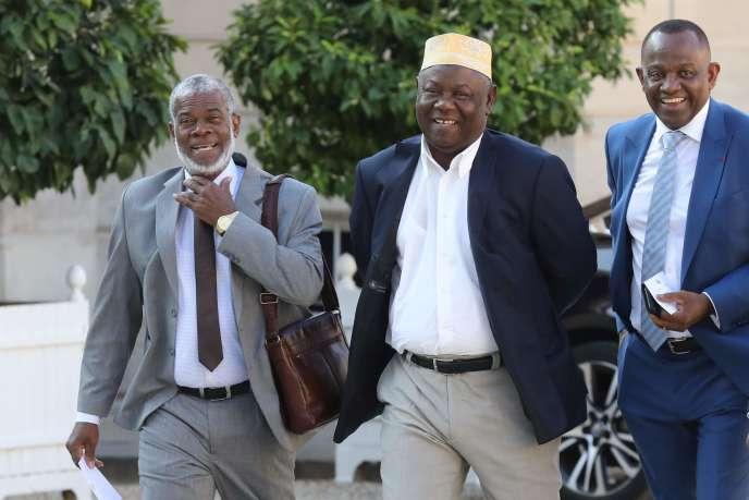 Soibahadine Ibrahim Ramadani, président du conseil départemental de Mayotte, Mohamed Majani, maire de Mamoudzou, etSaïd Omar Oili, président du Conseil général de Mayotte, le 27juin, à l'Elysée.