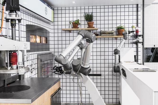 Le robot faiseur de pizza à l'essai dans les locaux de la société Ekim.