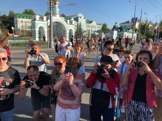 Une nuée de photographes amateurs à Ekaterinbourg mitraillent Amadou et Julie.