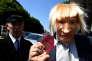 Un acteur portant un masque de Boris Johnson proteste à la frontière irlandaise, le 28 juin.