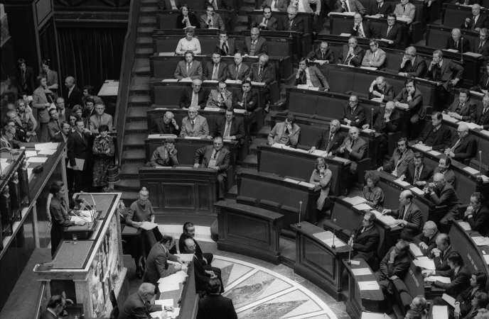 Simone Veil à l'Assemblée nationale, le 26 novembre 1974, jour de l'adoption duprojet de loi sur l'interruption volontaire de grossesse.