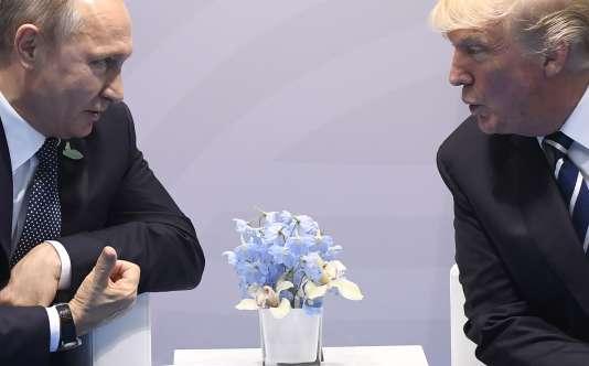 Les présidents russe Vladimir Poutine et américain Donald Trump ici en juillet 2017 lors d'une rencontre en marge du sommet du G20 à Hambourg en Allemagne.