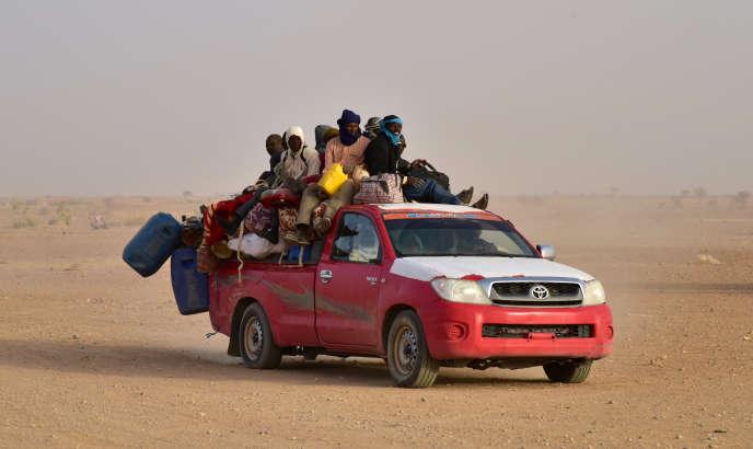 Des migrants reviennent au Niger après avoir fui la Libye à cause de groupes armés, et arrivent à Agadez, dans le nord du Niger, en mars 2017, suite à leur tentative ratée d'atteindre l'Europe en traversant la Méditerranée.