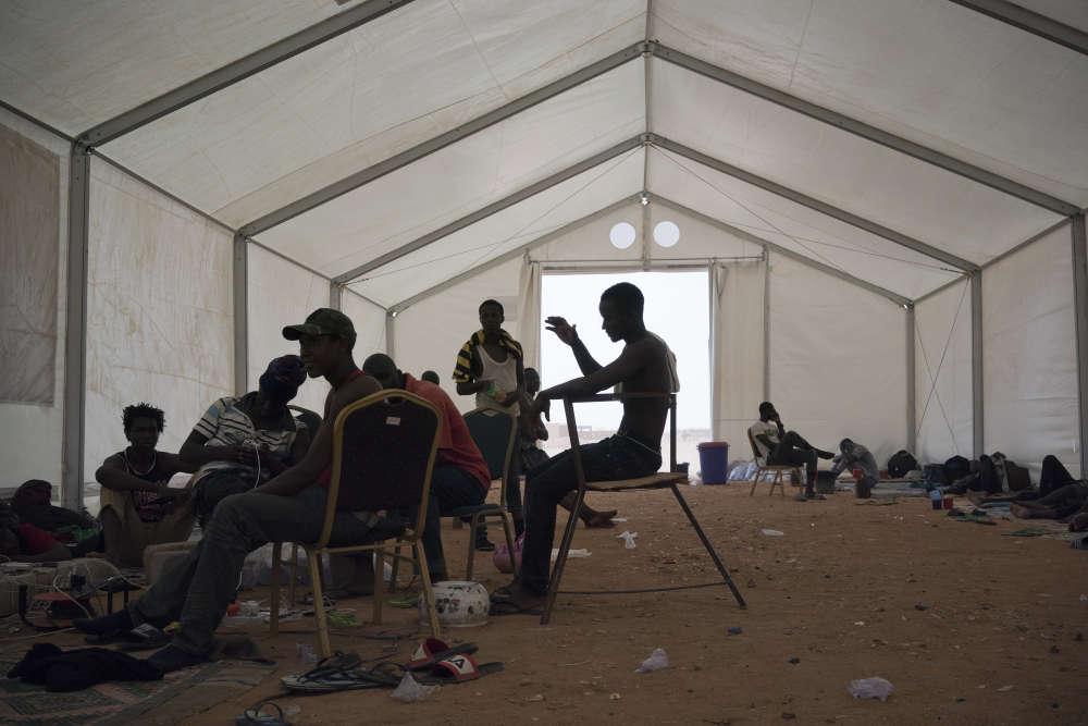 Des migrants sierra-léonais expulsés d'Algérie attendent leur rapatriement dans un centre de l'Organisation internationale pour les migrations à Agadez, le 5 juin.