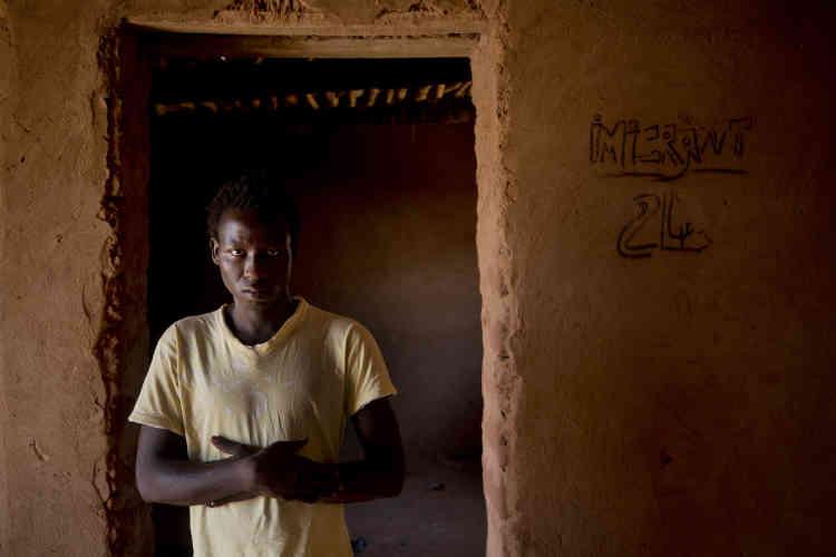 Aliou Kande, un jeune homme de 18 ans, a été expulsé d'Algérie. Il déclare que près d'une douzaine de personnes de son groupe se sont effondrées dans le sable, après avoir été abandonnées par les autorités algériennes.