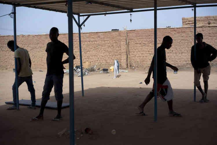 Des migrants expulsés d'Algérie attendent dans le centre de transit de l'Organisation internationale pour les migrations à Arlit, au Niger, le 31 mai.