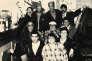 La bande du bar de la Roquette, en2000, entoure Ali, le propriétaire (en haut en chemise à pois), et Johnny (à côté avec la barbe).