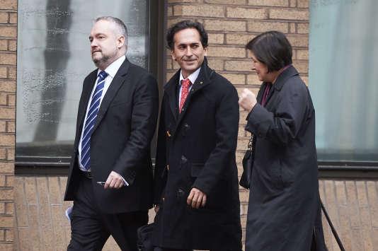 Philippe Moryoussef (au centre), l'ancien trader de la banque Barclays, arrive au tribunal pénal de Southwark, à Londres, le 13 janvier 2016.