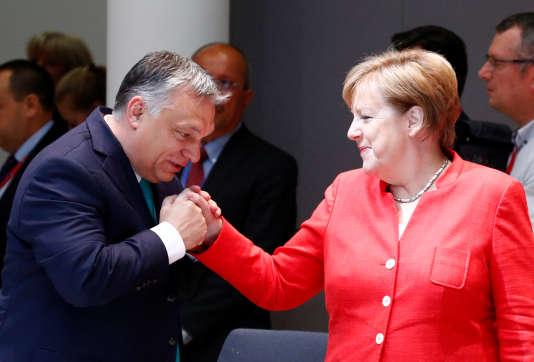 Le premier ministre hongrois, Viktor Orban, et la chancelière allemande Angela Merkel, à Bruxelles, le 29 juin.