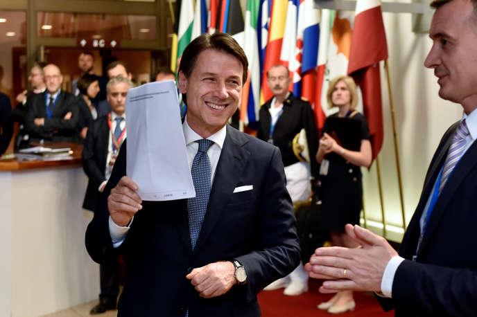 Le premier ministre italien, Giuseppe Conte, à sa sortie du sommet européen, à Bruxelles, le 29 juin au petit matin.