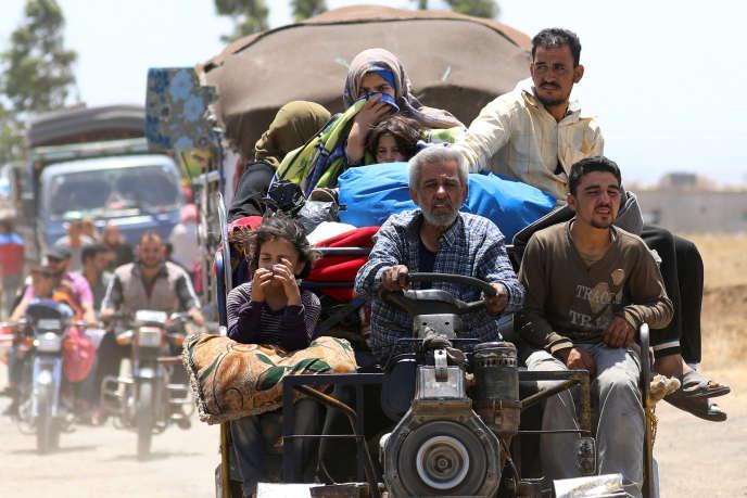 Des Syriens de la province de Deraa arrivent près du plateau du Golan, à Quneitra, occupé par les Israéliens.